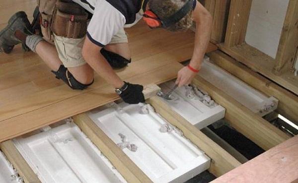 Как правильно утеплять полы в деревянном доме